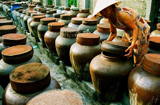 Quá trình chưng cất nước mắm dày công sức của người dân địa phương