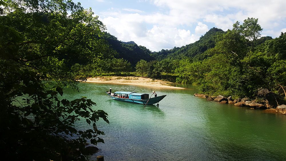 Đi thuyền trên sông son Ngắm cảnh Phong Nha