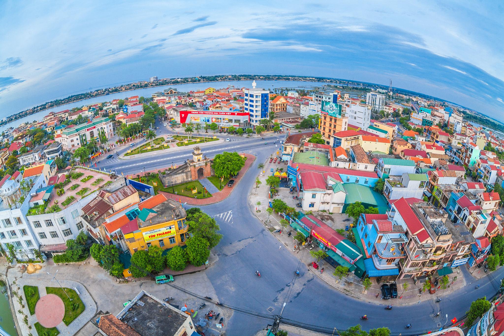 Quảng Bình Quan nằm ngay trung tâm phường Hải Đình