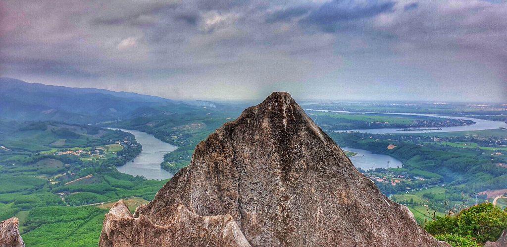 Trên đỉnh núi Thần Đinh