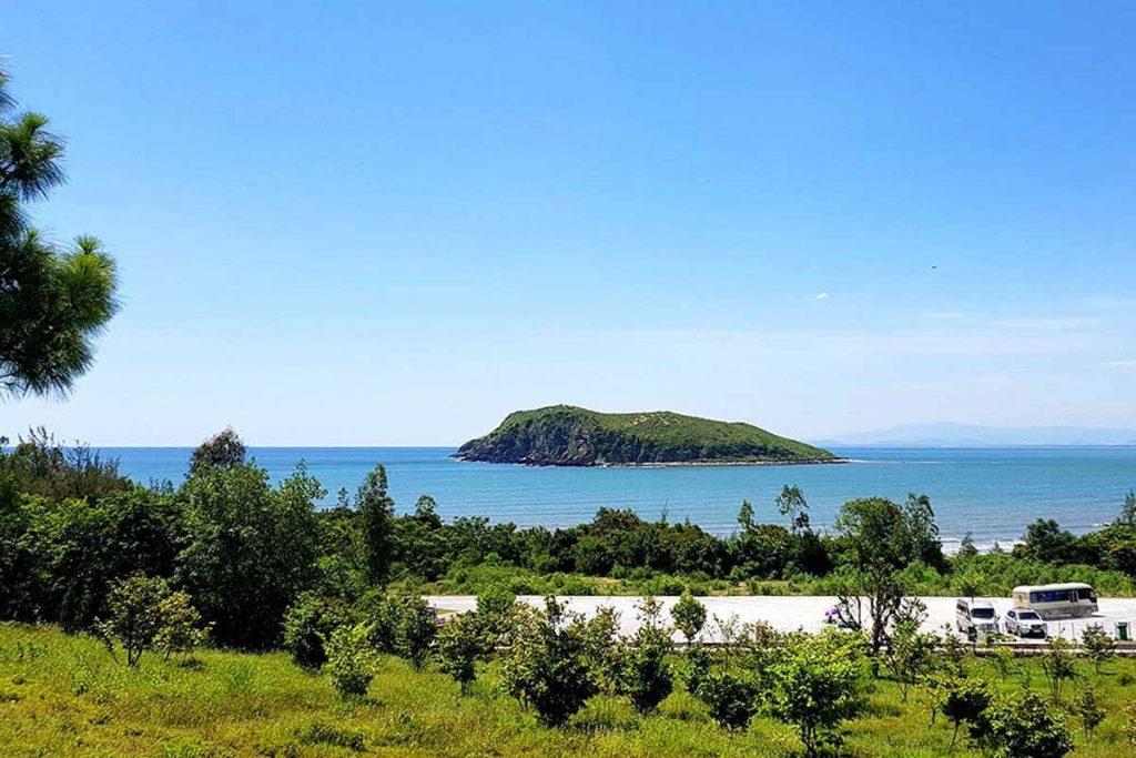 Từ mộ Đại tướng Võ Nguyên Giáp nhìn Vũng Chùa - Đảo Yến