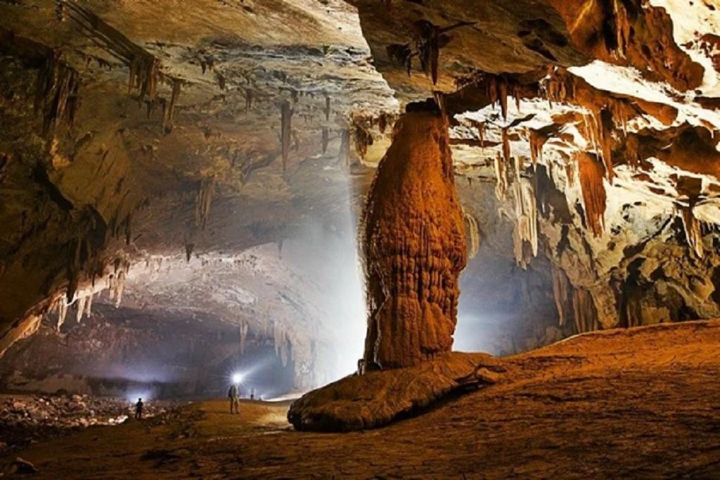 Hang Va được phát hiện, khảo sát và công bố đến cả thế giới lần đầu tiên vào năm 2000. Đây là những hang động nằm sâu trong vùng lõi của Vườn quốc gia Phong Nha – Kẻ Bàng.
