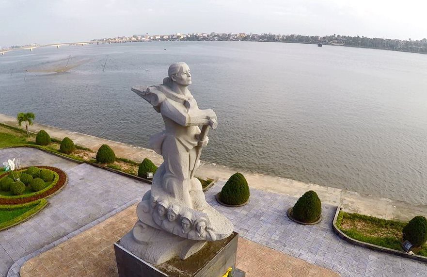 Tượng đài mẹ Suốt bên dòng sông Nhật Lệ Quảng Bình