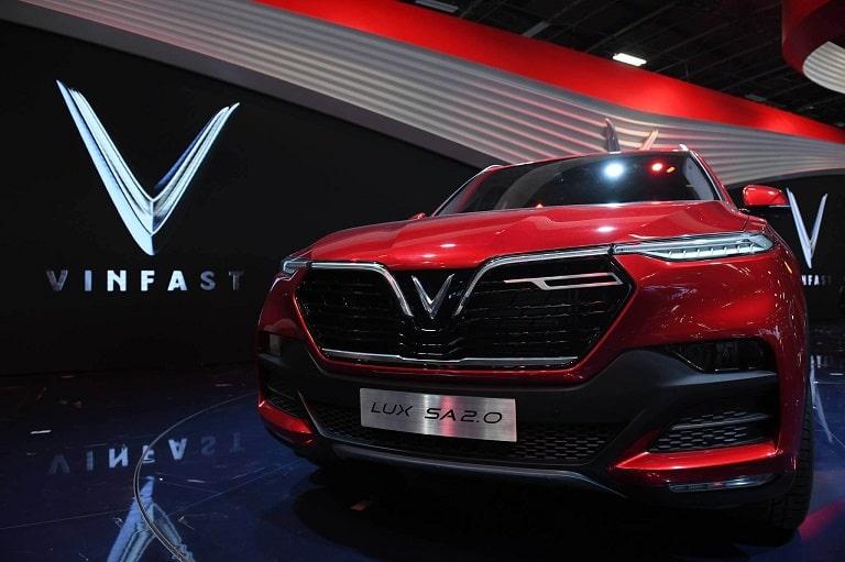 Dòng Lux SA2.0 vẫn có phần đầu xe đặc trưng với logo chữ V