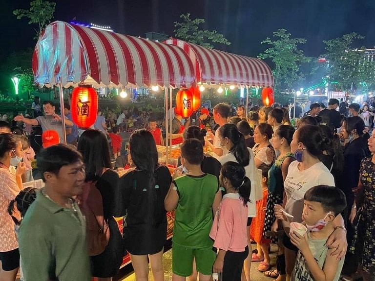 Khu phố văn hoá thu hút đông đảo người dân và du khách