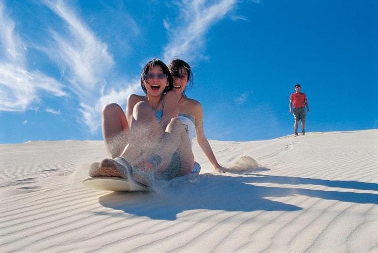 Trò trượt cát vô cùng thú vị tại cồn cát Quang Phú
