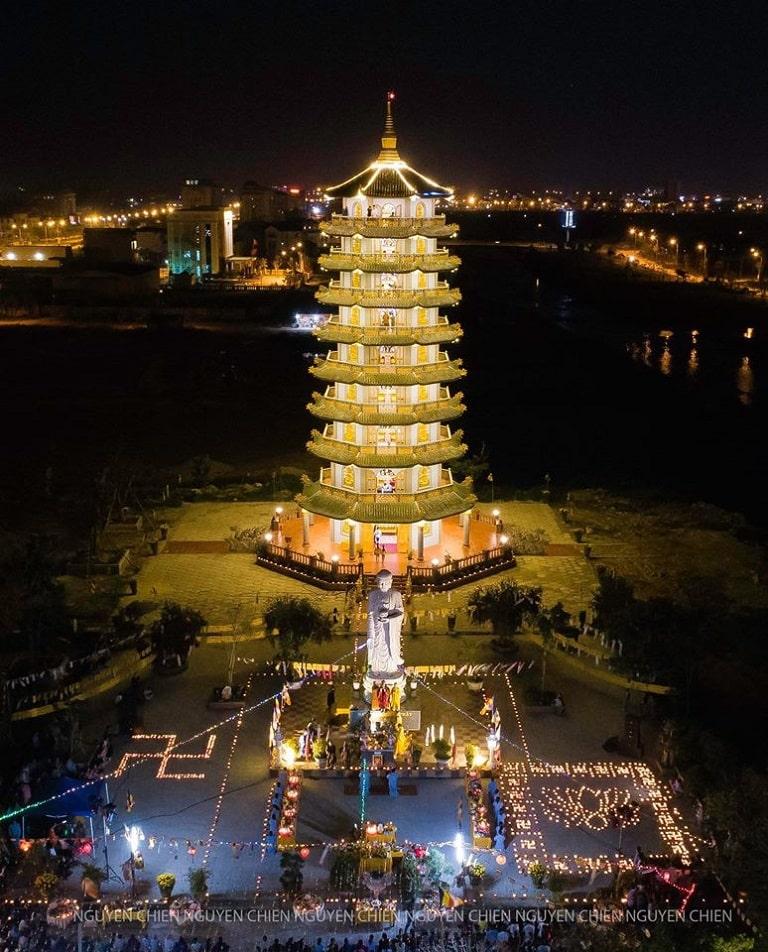 Bảo tháp Di Đà lung linh huyền ảo về đêm