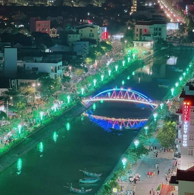 Phố đi bộ Đồng Hới rực rỡ đèn hoa về đêm