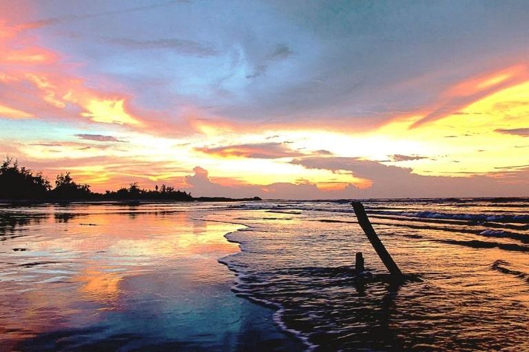 Biển Nhật Lệ chìm trong ánh mặt trời ngả đỏ
